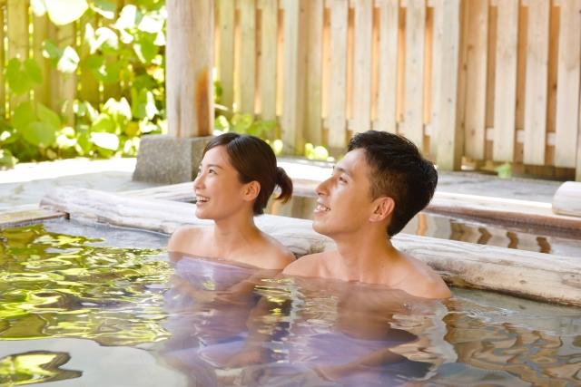 温泉に入るカップル