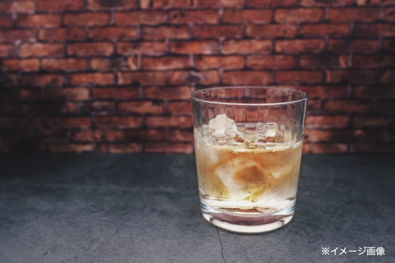 レンガの壁とウイスキー