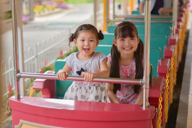 遊園地で遊ぶ子供