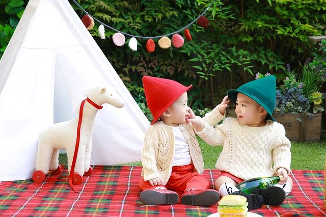 ピクニックを楽しむ子供たち