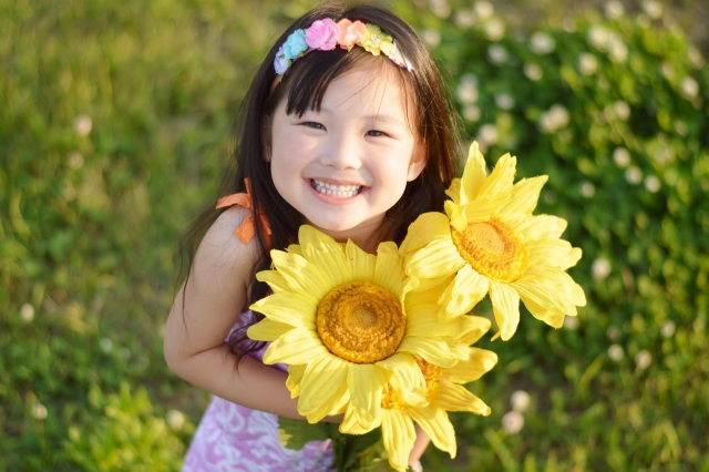 花を抱えた女の子