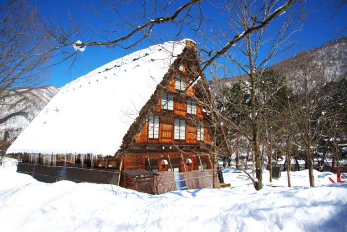 雪をかぶった茅葺き屋根