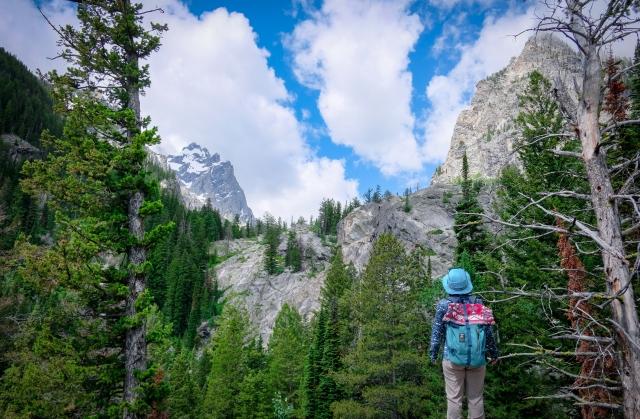 ハイキングを楽しむ女性
