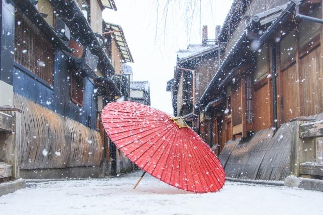 古い街並みと和傘