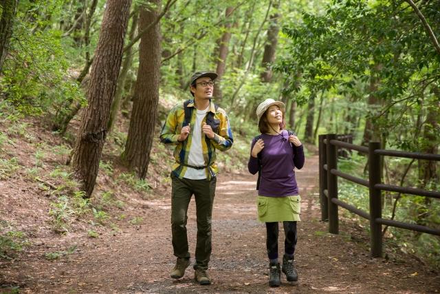 ハイキングを楽しむ男女