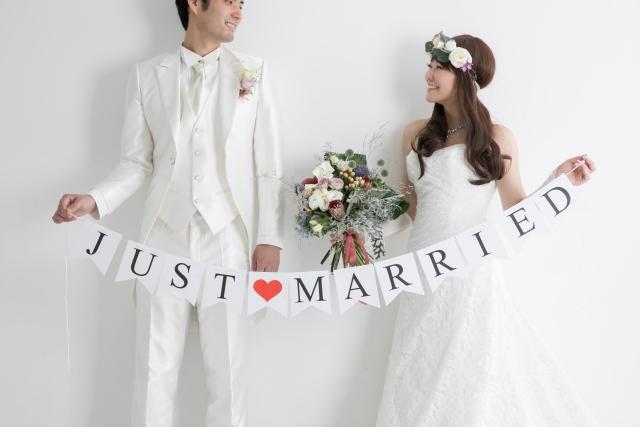結婚記念の撮影を行う夫婦