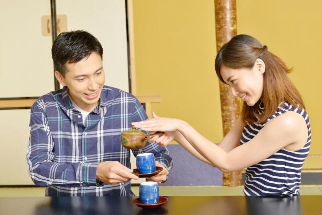 お茶を注ぐカップル