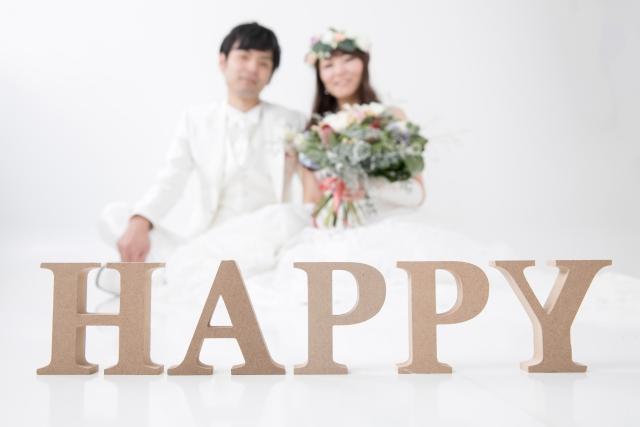 結婚式の前撮りをする夫婦