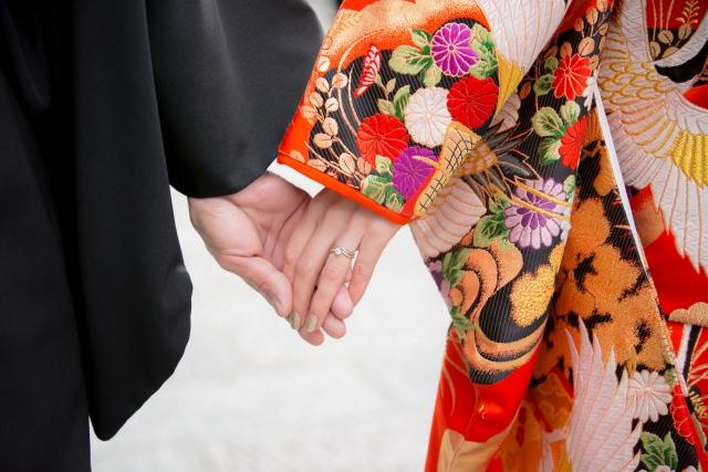 着物で手を繋ぐ男女